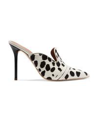 Zapatos de tacón de pelo de becerro en blanco y negro