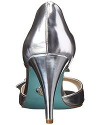 Zapatos de tacón de satén blancos de Betsey Johnson