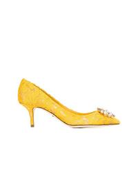 Zapatos de tacón de satén con adornos amarillos de Dolce & Gabbana