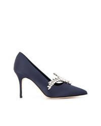 Zapatos de tacón de satén con adornos azul marino de Manolo Blahnik