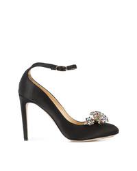 Zapatos de tacón de satén con adornos negros de Chloe Gosselin