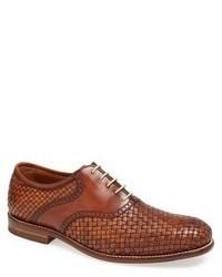 Zapatos oxford de cuero tejidos marrónes